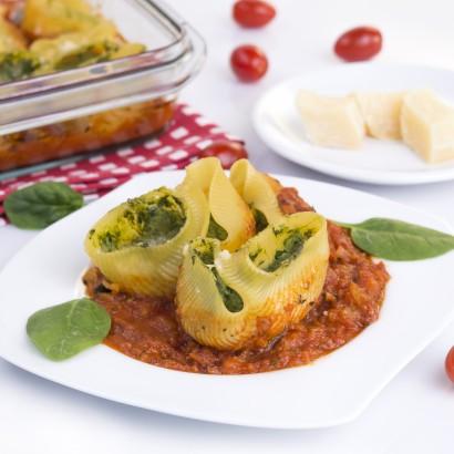 Muszle makaronowe nadziewane ricottą i szpinakiem w sosie pomidorowym