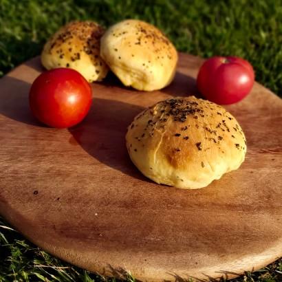 Bułki serowe z masłem bazyliowym