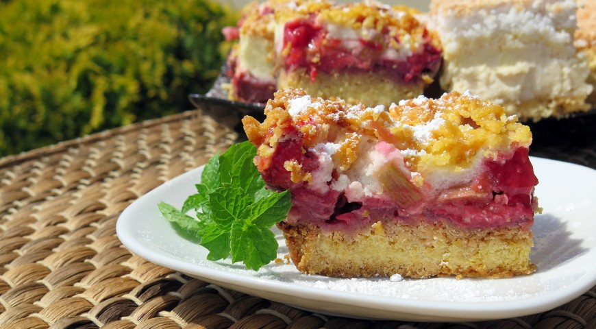 Kruche ciasto z pianką, truskawkami i rabarbarem
