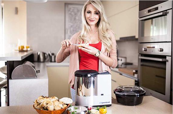 Kobieta przygotowująca posiłki przy pomocy speedcook
